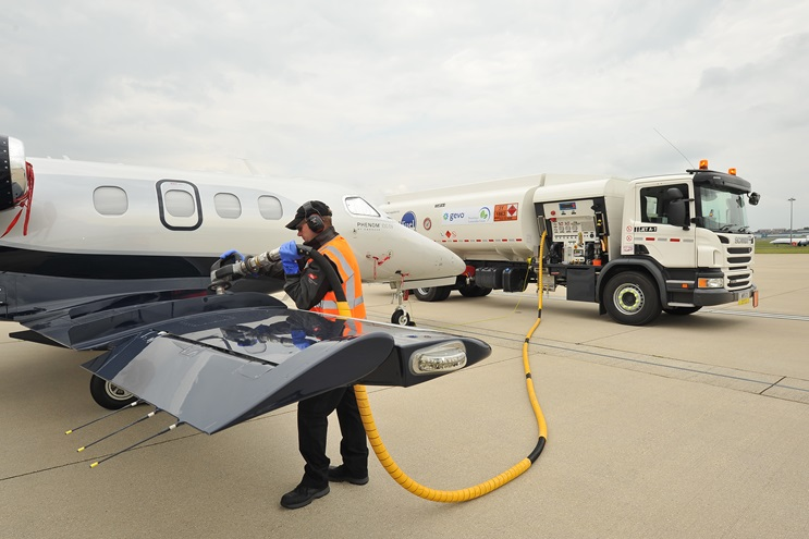An Embraer Phenom 100 EV is fueled with sustainable alternative jet fuel (SAJF) at Farnborough Airport in the United Kingdom. Photo courtesy of Embraer Executive Jets.