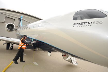 An Embraer Praetor 600 is fueled with sustainable alternative jet fuel (SAJF) at Farnborough Airport in the United Kingdom. Photo courtesy of Embraer Executive Jets.