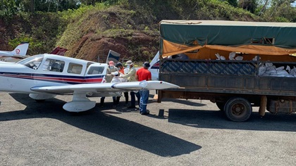 Truckloads of supplies have been carried by general aviation pilots to remote airfields throughout the world during the COVID-19 crisis. On Pedro Gonzalez Island in Panama, volunteers unload a Piper Saratoga that brought food for distribution to the local community. Image courtesy of AOPA Panama.