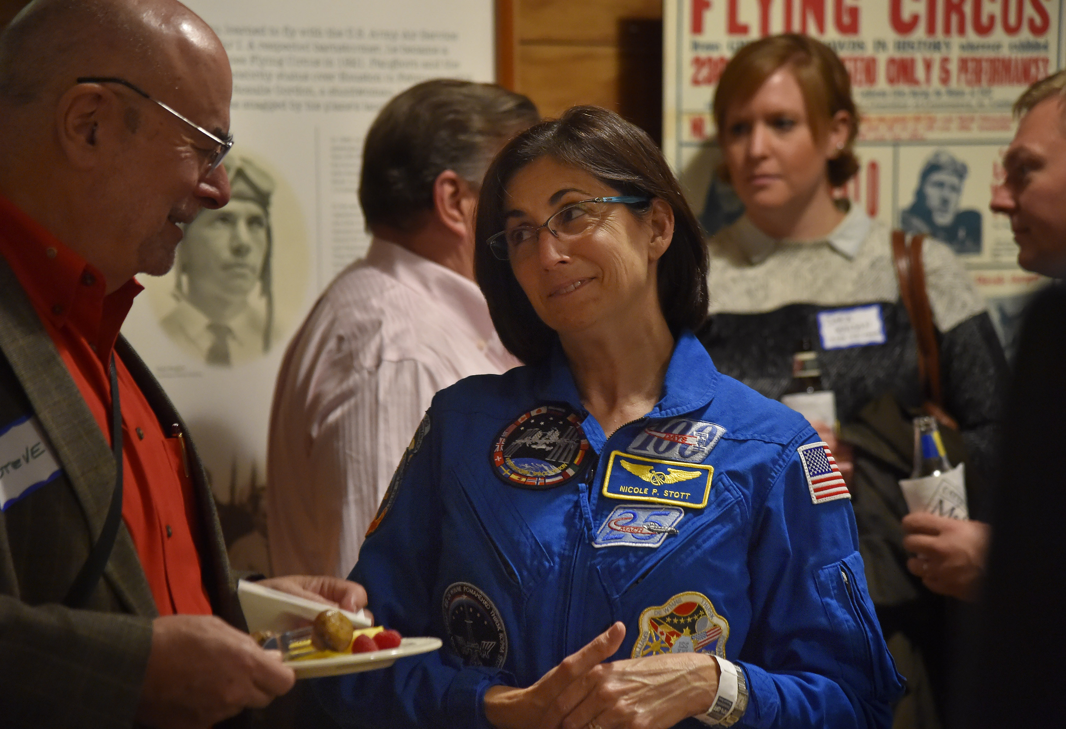 Retired NASA astronaut Nicole Stott chats with AOPA High School Symposium participants at a welcome reception in Seattle, Nov. 6. Photo by David Tulis.