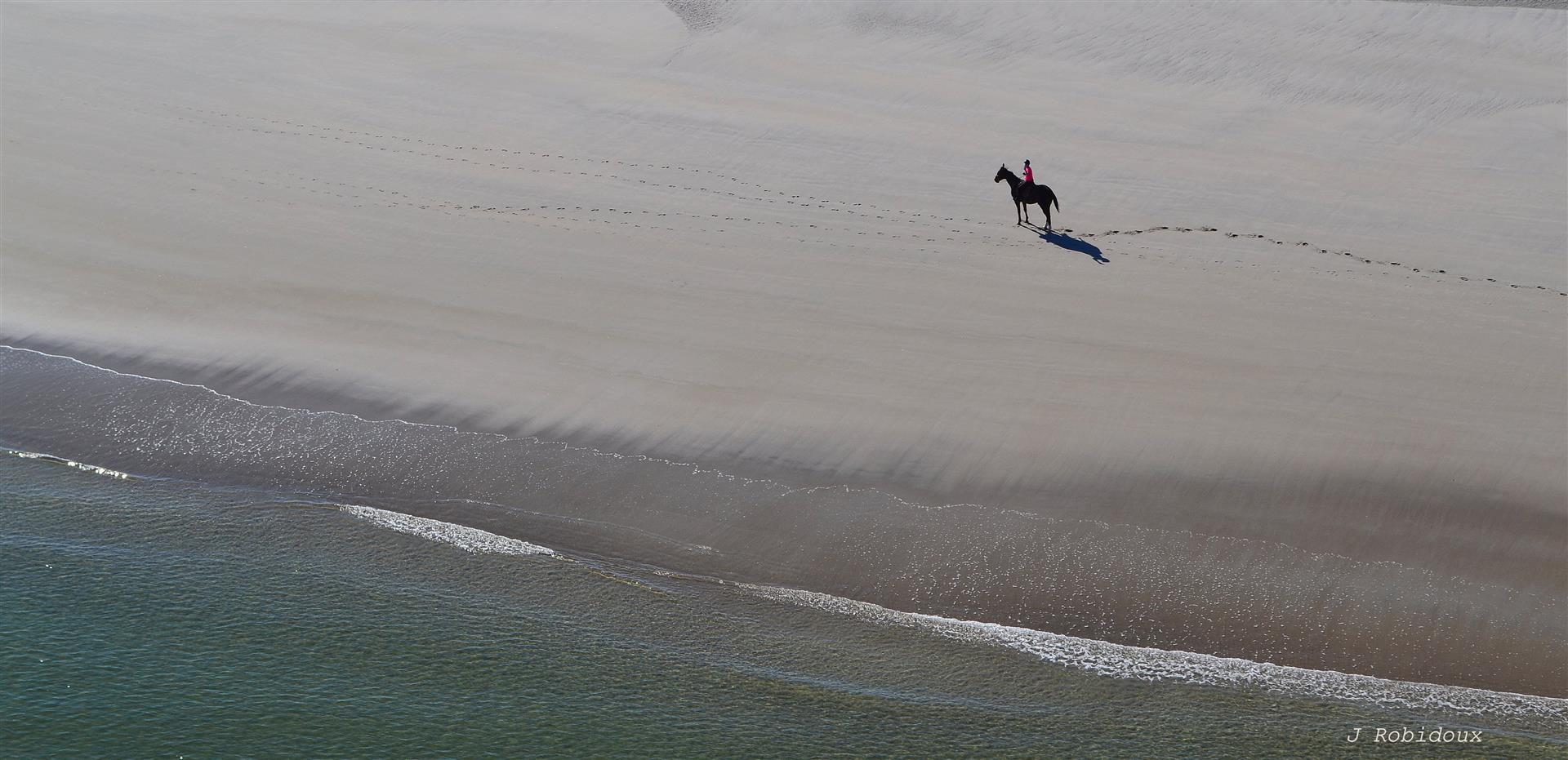 A rider enjoys the solitude of a Maine beach. A shoreline flightseeing trip is a great way to exercise your freedom to fly. Photo by Jackie Robidoux, @j_robidoux.