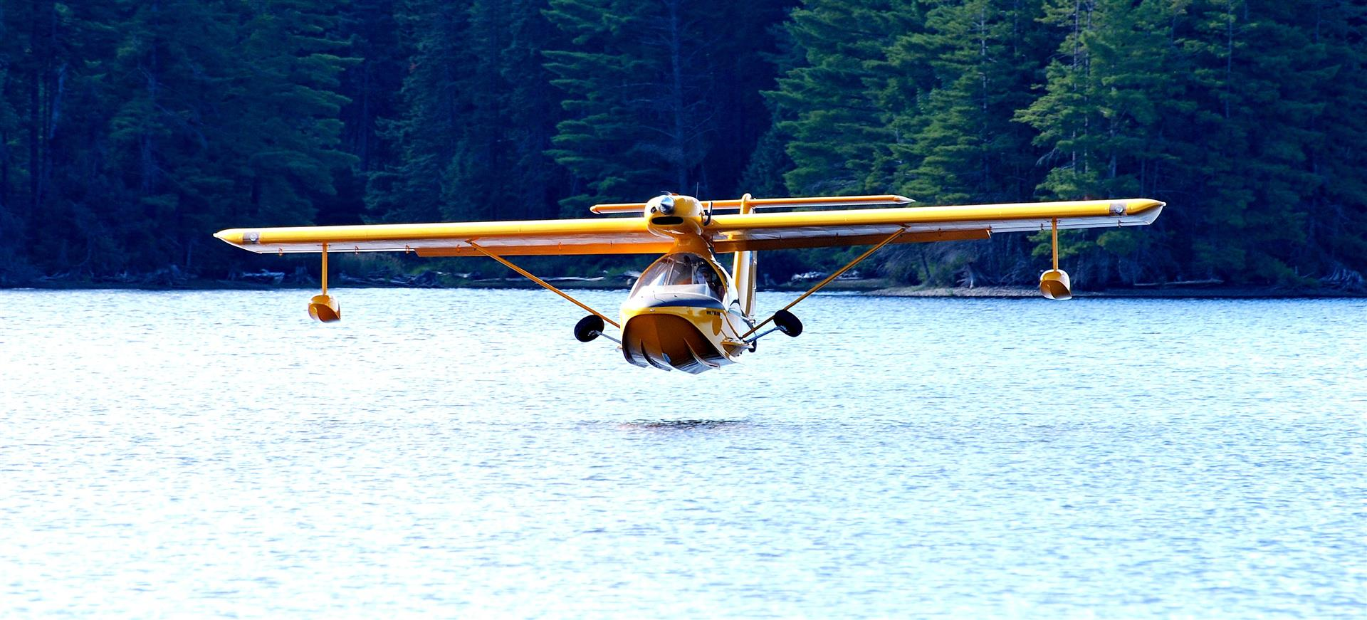 Mark Robidoux lands his Aeroprakt amphib on the lake. Photo by Jackie Robidoux, @j_robidoux.