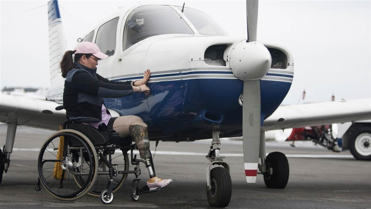Sen. Tammy Duckworth (D-Ill.) is among many veterans who have pursued training in general aviation after leaving the military. Photo by Chris Rose.