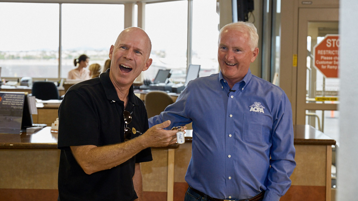 AOPA President Mark Baker presents the keys of the 2017 AOPA Sweepstakes 172 to Gary and Sandra Walters at Henderson Executive Airport in Henderson, Nevada.