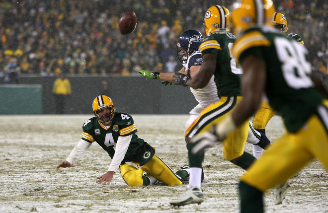 Green Bay quarterback Brett Favre throws a shovel pass to tight end Donald Lee for an 11-yard gain in the second quarter against the Seattle Seahawks during the NFC divisional playoff game on January 12, 2008, at Lambeau Field. Photo by Jonathan Daniel/Getty Images.