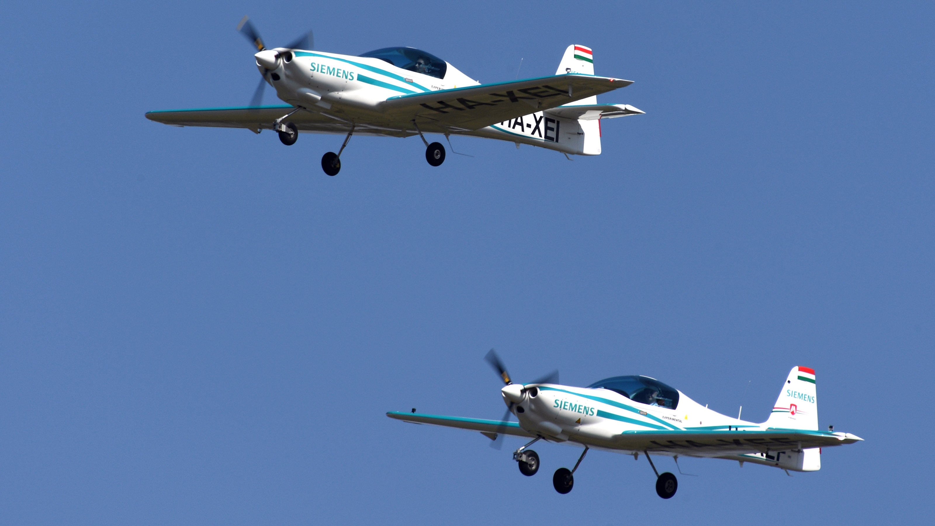Two Magnus eFusion aircraft, each powered by a Siemens electric motor, make a flyby. Photo courtesy of AERO Friedrichshafen.