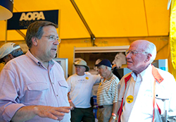 AOPA President Craig Fuller speaks with a member.