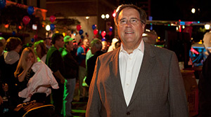 AOPA President Craig Fuller welcomed party goers to the Pine Avenue Block Party.