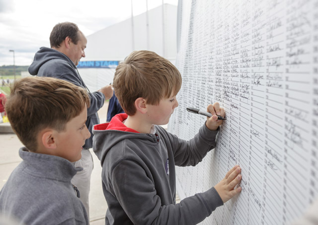 Attendees of all ages showed their support for medical reform by signing a petition at the AOPA Homecoming Fly-In.